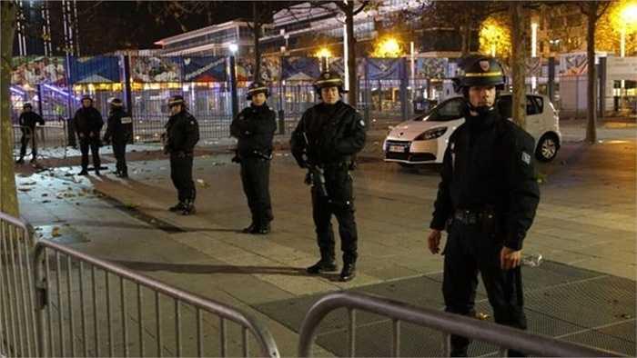 Cảnh sát xếp hàng bên ngoài sân vận động Stade de France, một trong những nơi xảy ra khủng bố