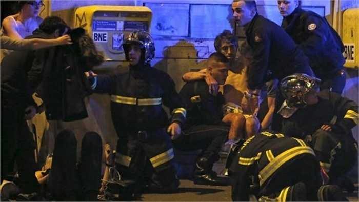 Lính cứu hỏa Pháp hỗ trợ những người bị thương bên ngoài sảnh nhà hát Bataclan