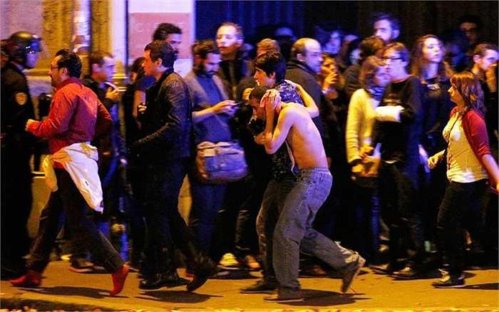 Người bị thương bên ngoài nhà hát Bataclan được đưa đi cấp cứu