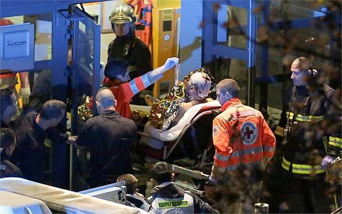 Xe cứu thương cấp cứu nạn nhân ở sân vận động Stade de France
