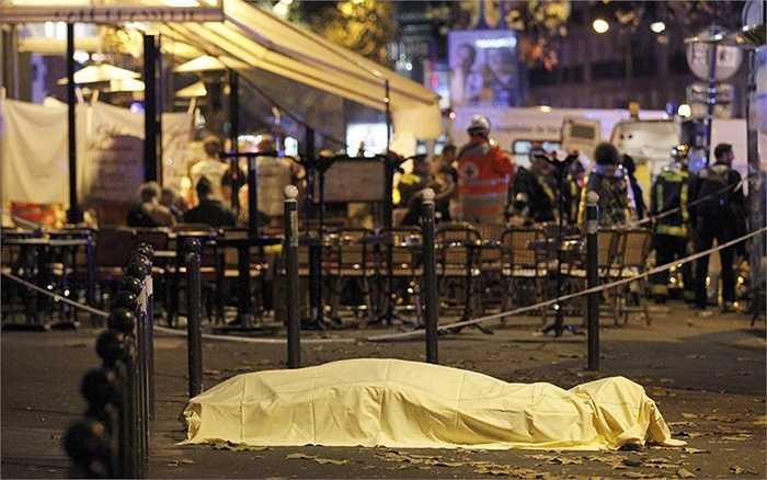 Thi thể một nạn nhân xấu số đêm 13/11 ở Paris