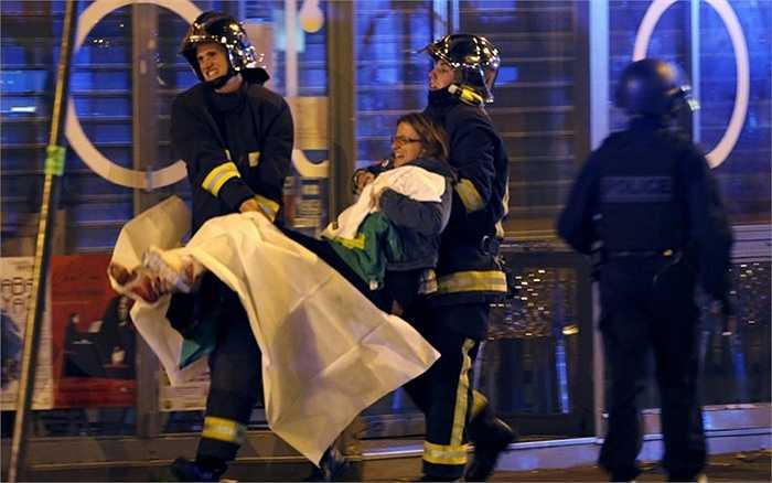Người phụ nữ được cứu ra từ nhà hát Bataclan