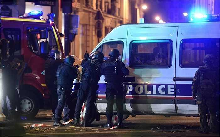 Cảnh sát vũ trang bao vây nhà hát Bataclan