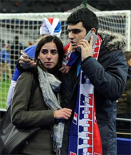 Người dân hoang mang, lo sợ dưới sân vận động