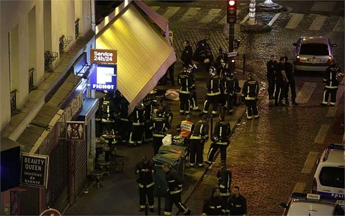 Cảnh sát bên ngoài nhà hàng bị tấn công ở Paris