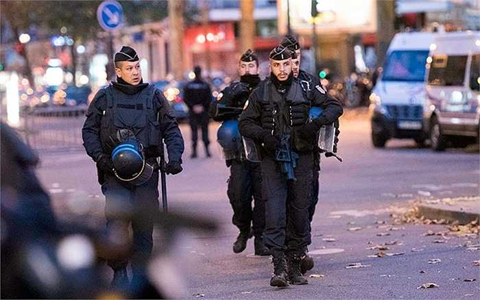 Cảnh sát vũ trang bên ngoài các khu vực xảy ra khủng bố