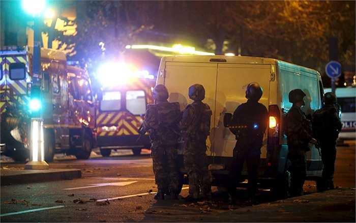 Cảnh sát chống bạo động bên ngoài nhà hát Bataclan