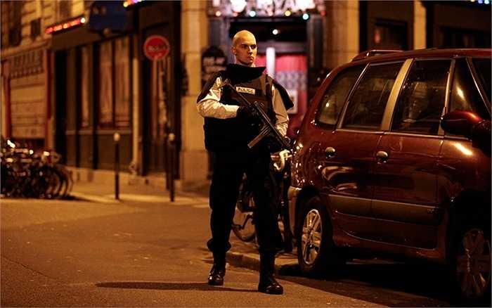 Sĩ quan cảnh sát làm nhiệm vụ canh gác bên ngoài một địa điểm bị tấn công