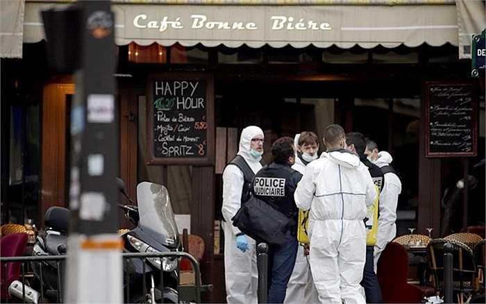 Cảnh sát bên ngoài hiện trường vụ tấn công ở quán cafe Bonne Biere