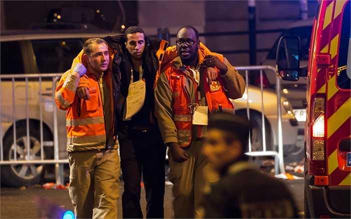Người bị thương được lực lượng cứu hộ giúp đỡ