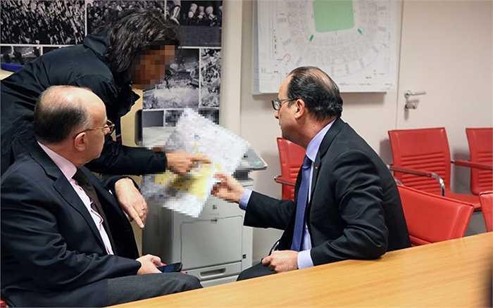 Tổng thống Pháp Hollande theo dõi báo cáo từ cấp dưới