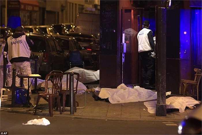 Bên ngoài nhà hàng trên phố Bichat, nơi nhiều người bị bắn đêm qua.