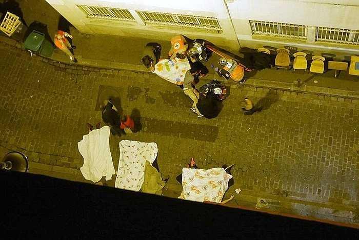 Người chết rải rác khắp các con phố ở thủ đô Paris sau cuộc khủng bố khiến tổng thống Francois Hollande buộc phải ban bố tình trạng khẩn cấp khắp cả nước.