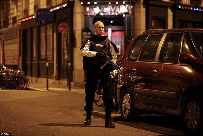 Lực lượng cảnh sát bảo vệ nghiêm ngặt con đường quanh nhà hàng vừa bị tấn công.