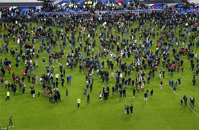 Khán giả hoang mang sau vụ xả súng tại sân vận động Stade de France trong trận giao hữu giữa Pháp và Đức.