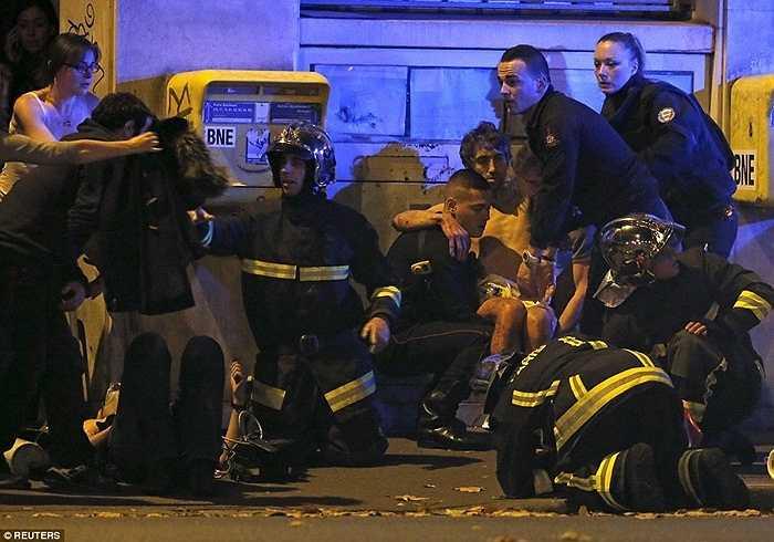 Lực lượng cứu hỏa hỗ trợ những người bị thương trong vụ đánh bom.