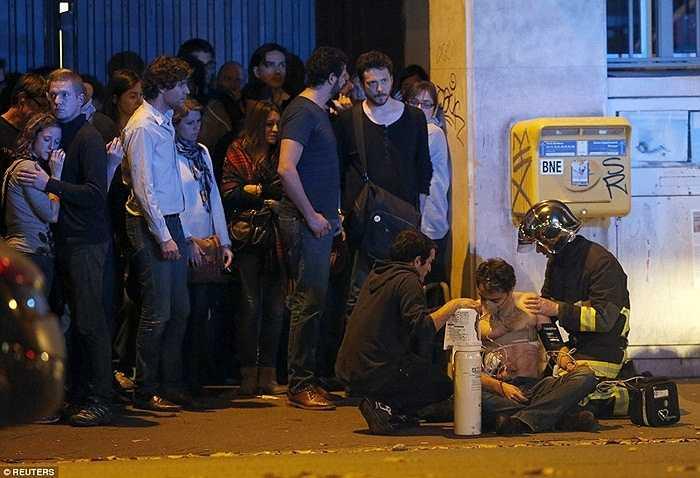 Người bị thương và những người được an toàn sau vụ nổ.