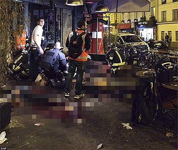Nạn nhân nhận được sự giúp đỡ từ bác sĩ bên ngoài nhà hàng La Belle Equipe, Paris.