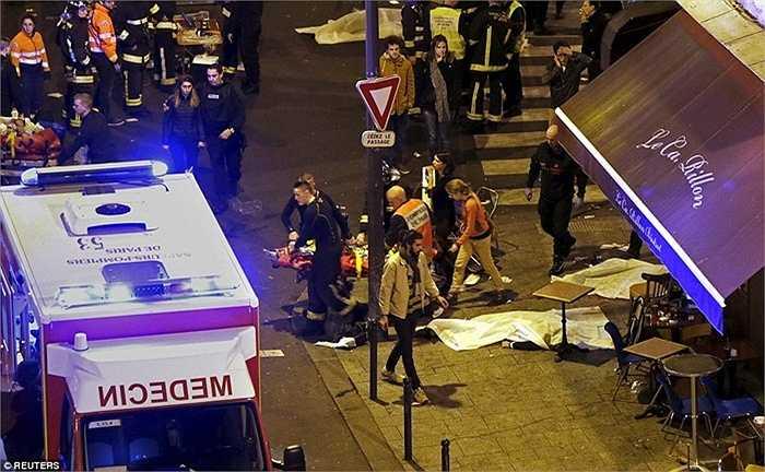 Nhân viên cứu hỏa hỗ trợ di chuyển các nạn nhân từ phòng hòa nhạc Bataclan sau vụ xả súng.