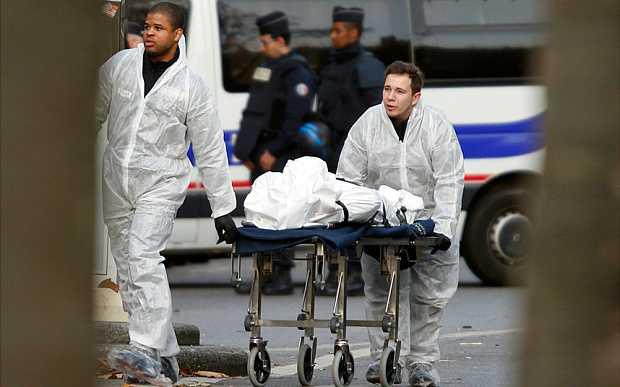 Nạn nhân bị thương được cứu chữa ở nhà hát Bataclan, Paris