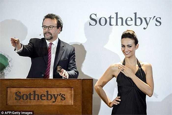Nhà đấu giá Sotheby vừa tổ chức cuộc đấu giá viên kim cương xanh 12.03 carat. Viên kim cương xanh có tên BlueMoon được đặt trên chiếc nhẫn rất quý phái khi đeo