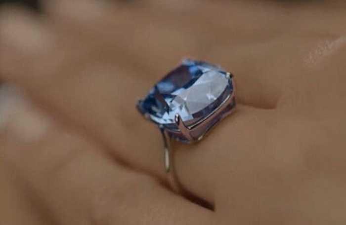 Người chi tiền mua viên kim cương xanh này có tên là Josephine. Sau khi thương vụ hoàn tất, viên kim cương được đổi tên thành 'kim cương của Josephine'