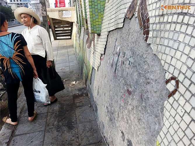 Theo ghi nhận của PV báo Kiến Thức vào chiều 12/11, tại vị trí trước số nhà 638, đường Hồng Hà (quận Ba Đình, Hà Nội), con đường gốm sứ 65 tỷ bị bong tróc một mảng lớn, cao ngang đầu người.