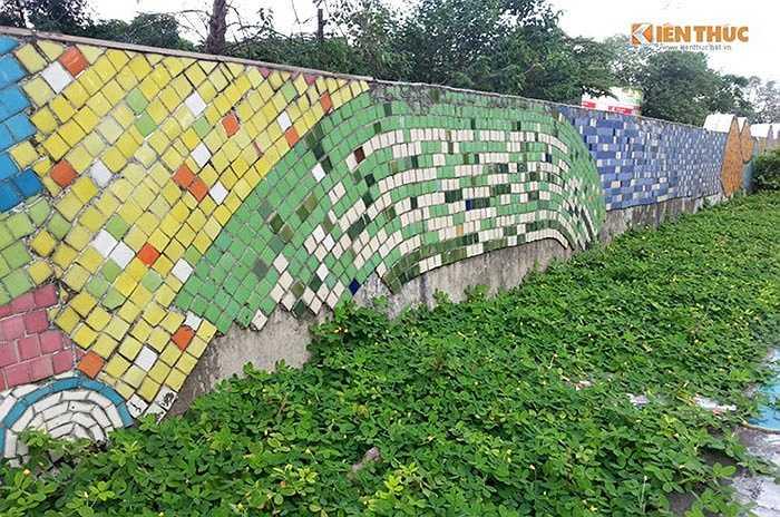 Tại vị trí trên cao tường cấp 2 của đê Yên Phụ (quận Tây Hồ, Hà Nội) cũng bong tróc cả mảng dài...