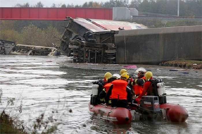Đầu tàu lao xuống một con sông, phần phía sau bị cháy đen