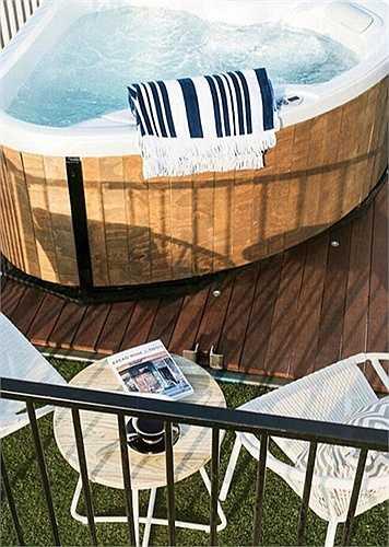 Tầng trên cùng của khách sạn có bể tắm Jacuzzi rất tiện nghi. Ngoài ra, khách sạn có  minibar, giường ngủ nhìn ra biển tuyệt đẹp