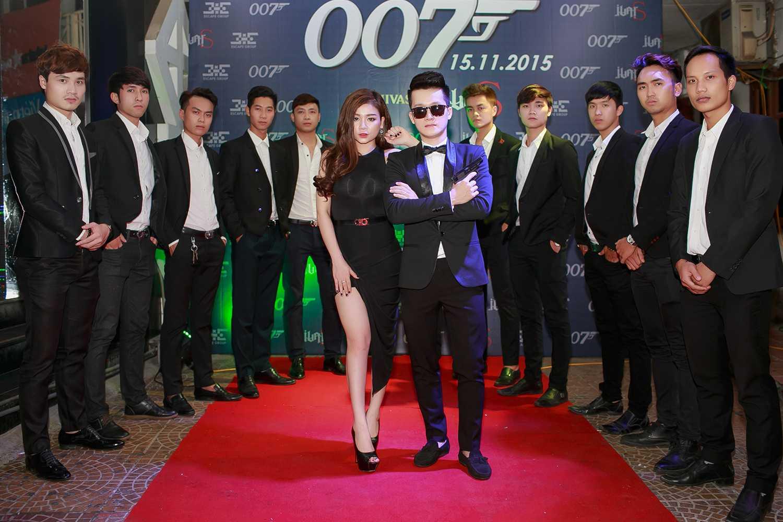 Từ phong cách cho tới người đẹp đi cùng, mọi thứ của anh chàng này khiến cho người ta nghĩ tới chuyện Việt Nam cũng có điệp viên 007.Nhìn thoáng qua vẻ bề ngoài có thể thấy, mọi thứ liên quan đến anh chàng này đều mang thương hiệu 007 James Bond.