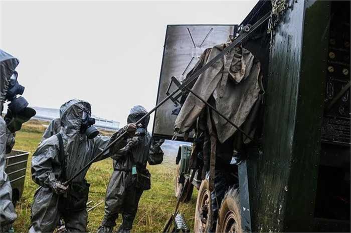 Xử lý khí tài, trang dụng trong buồng xe tiêu độc, tiệt trùng. (Nguồn: Báo Quân đội nhân dân)
