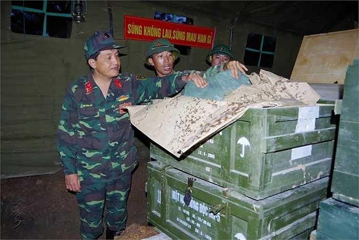 Thủ trưởng Bộ tư lệnh binh chủng kiểm tra trang thiết bị phòng độc tại hầm trú quân bí mật của đơn vị. (Nguồn: Báo Quân đội nhân dân)