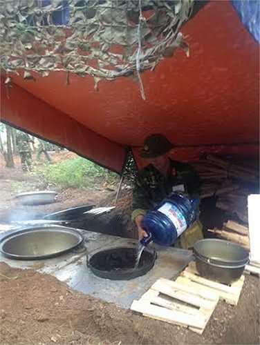 Chiến sĩ nuôi quân sử dụng bếp Hoàng Cầm chuẩn bị bữa ăn cho bộ đội. (Nguồn: Báo Quân đội nhân dân)
