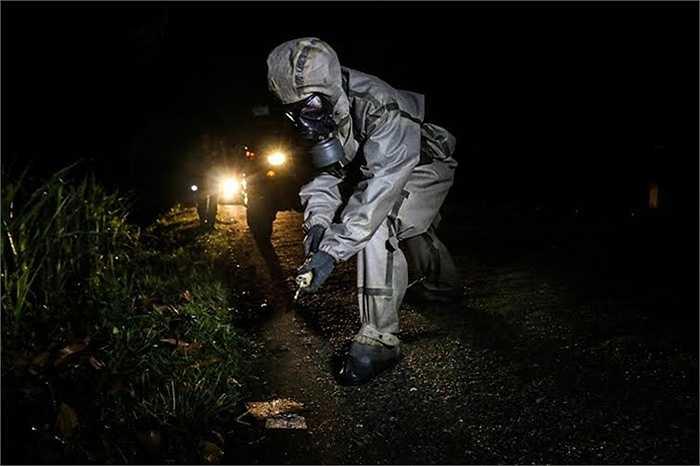 Trinh sát phát hiện chất độc hóa học trong quá trình di chuyển. (Nguồn: Báo Quân đội nhân dân)
