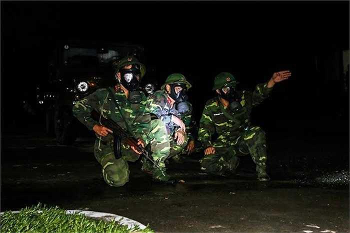 Thực hành giao nhiệm vụ cho tiểu đội trinh sát phóng xạ hóa học chuẩn bị làm nhiệm vụ. (Nguồn: Báo Quân đội nhân dân)