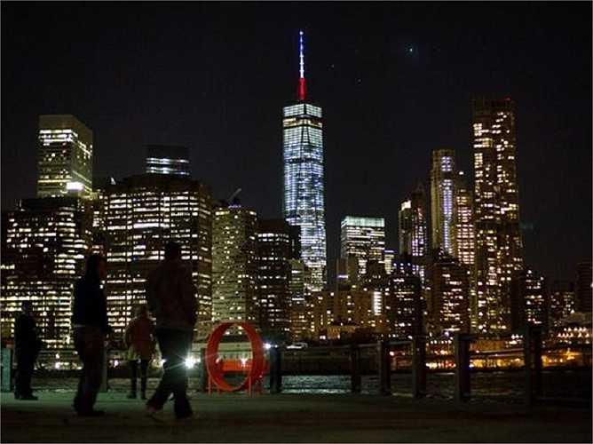 Cột tháp trên trung tâm Thương mại Thế giới  chuyển sang màu cờ Pháp, xanh, trắng và đỏ, để thể hiện niềm tiếc thương các nạn nhân vụ tấn công khủng bố kinh hoàng ở Paris hôm 13/11