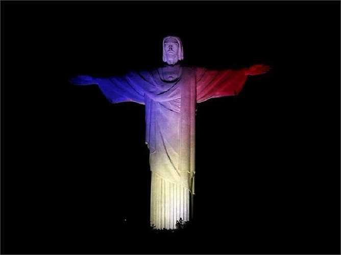Tượng Chúa Cứu thế ở thành phố Rio de Janeiro ở Brazil cũng chuyển sang màu xanh, trắng, đỏ