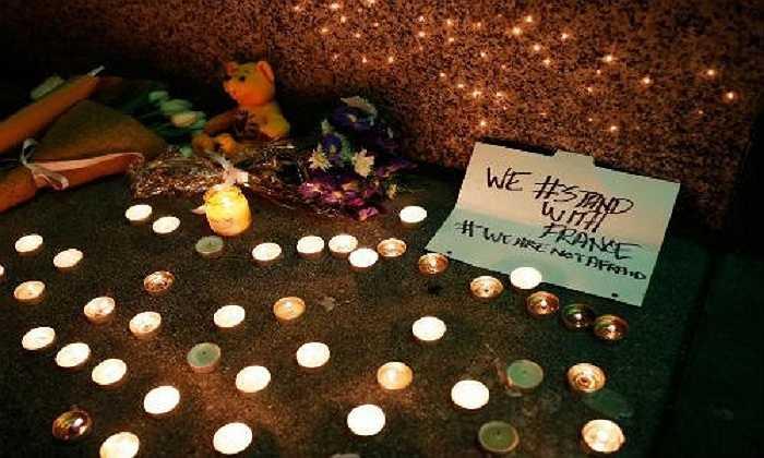 Người dân trên khắp nơi đã đặt hoa và nến tưởng niệm các nạn nhân thiệt mạng trong vụ khủng bố ở Paris gây chấn động cả thế giới