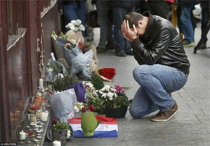Người đàn ông đặt hoa tưởng nhớ các nạn nhân