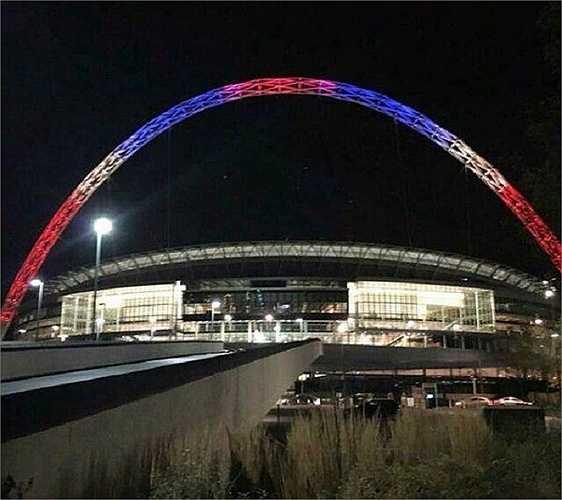 Mái vòm của sân vận động Wembley nổi tiếng ở thủ đô London, Anh cũng chuyển màu thể hiện sự chia sẻ của người Anh
