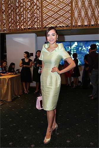 Với chất liệu dễ nhàu, Dương Trương Thiên Lý đã biến chiếc váy của mình trở nên nhăn nhúm chỉ sau vài lần đứng lên ngồi xuống.