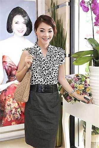 Nếu chiếc váy không nhăn, Hoa hậu Quý bà Hoàng Thị Yến sẽ bắt mắt hơn trước ống kính.