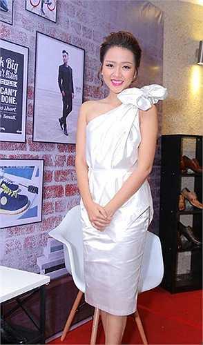 Lẽ ra Băng Di nên chọn chiếc váy khác đi dự tiệc, thay vì chiếc váy trắng  như vò.