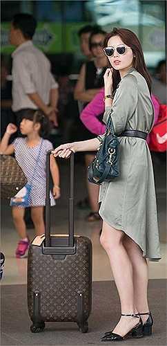 Xuất hiện tại sân bay gần đây, Hoa hậu Kỳ Duyên chọn style giấu quần nhưng chất liệu này khiến cô thực sự kém sang vì nhăn nheo.