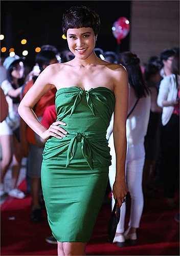 Chiếc váy xanh quây ngực của Phương Mai bị chê vừa diêm dúa, vừa nhàu nhĩ.