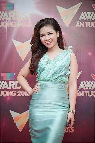 Váy của nữ ca sĩ Hoàng Yến biến dạng.