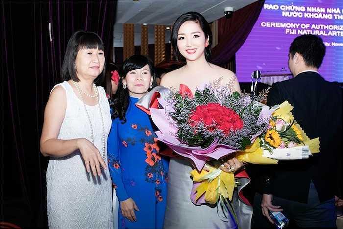 Cùng ngắm thêm những hình ảnh sexy của Hoa hậu Đền Hùng trong đêm tiệc: