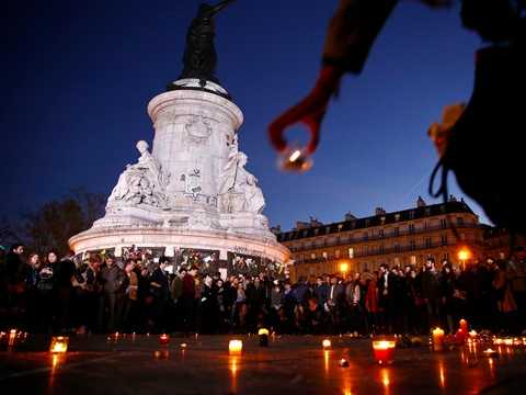 Người dân thắp nến tưởng nhớ các nạn nhân vụ khủng bố Paris