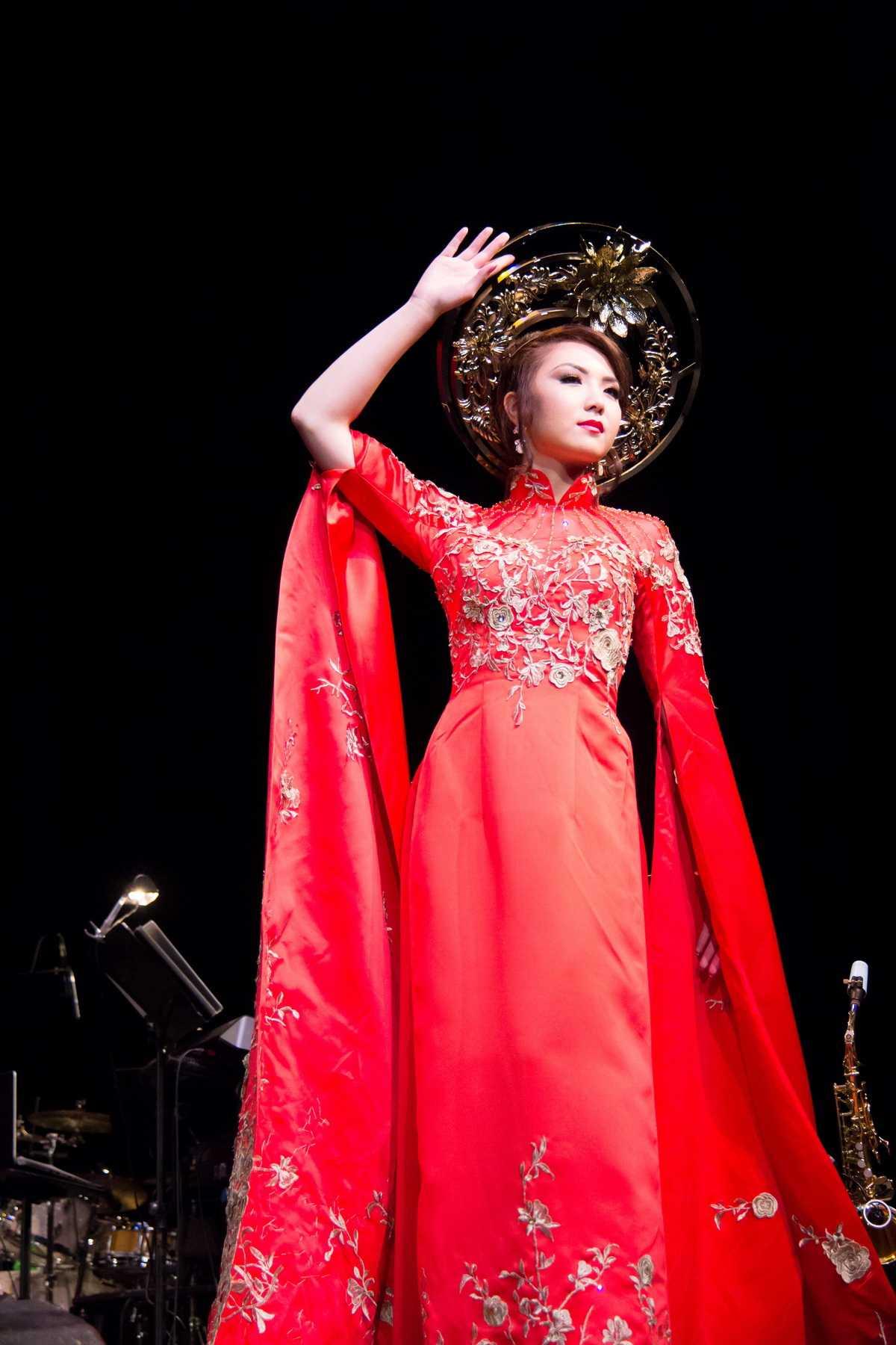 Dù không phải là một người mẫu chuyên nghiệp như HH 9x Jennifer Chung vẫn rất tự tin sải bước trên sàn catwalk.